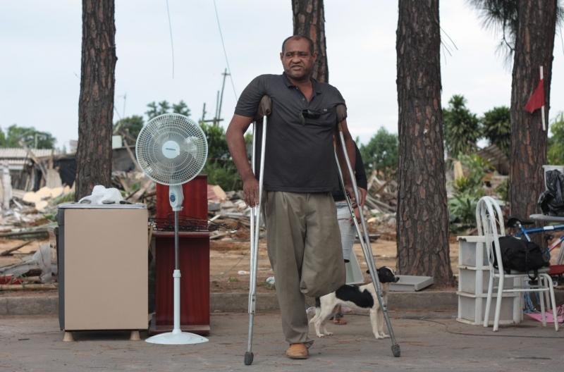 São José dos Campos, 24/01/2011 - Morador reúne seus pertences após reintgração de posse da ocupação conhecida como Pinheirinho.
