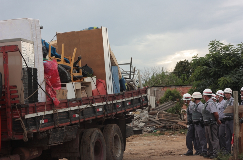 São José dos Campos, 24/01/2011 - Caminhões levam mudança de ocupantes do Pinheirinho.