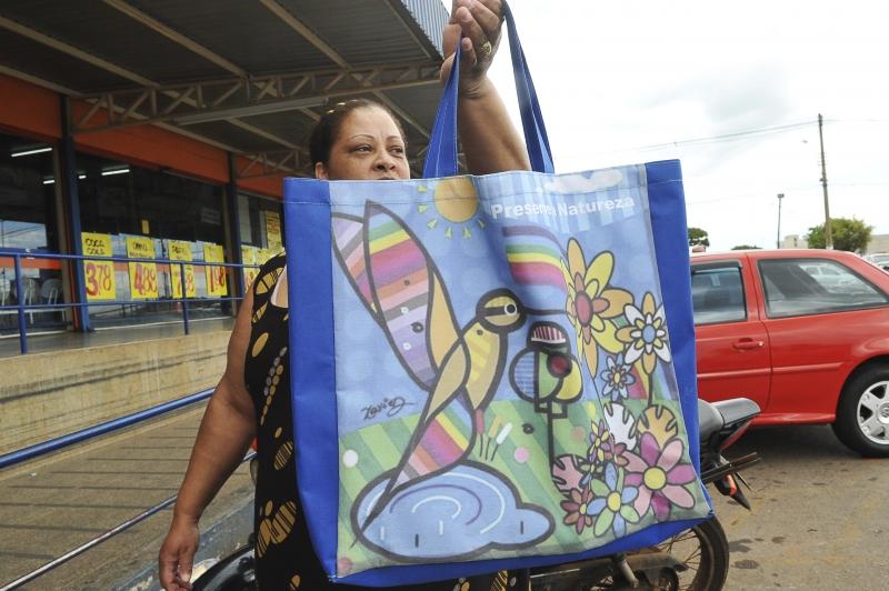 Brasília - A dona de casa Graciana Maria Alves usa sacolas reutilizáveis há