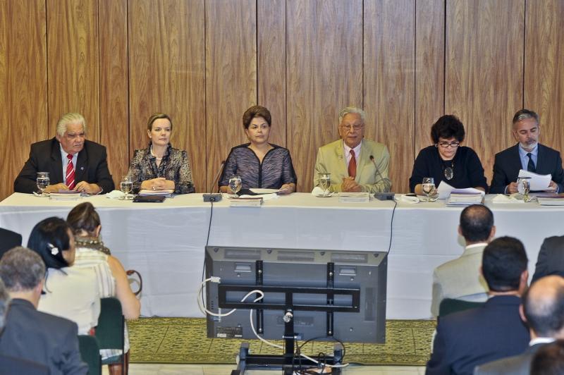 Brasília - A presidenta Dilma Rousseff, ao Lado do secretário executivo do Fórum Brasileiro de Mudanças Climáticas, Luiz Pinguelli Rosa, durante reunião ordinária do Fórum Brasileiro de Mudanças Climáticas, no Palácio do Planalto. Foto de José Cruz/ABr.