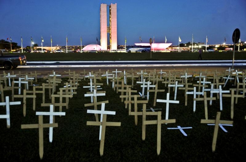 Brasília – Cinco mil cruzes foram fincadas no gramado da Esplanada dos Ministérios, em frente ao Congresso Nacional, em um ato em defesa dos povos indígenas. Foto de José Cruz/ABr