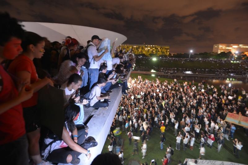 Brasília, 17/06/2013 - Manifestantes ocupam teto do Congresso Nacional em protesto contra gastos na Copa, corrupção e por melhorias no transporte público, na saúde e na educação