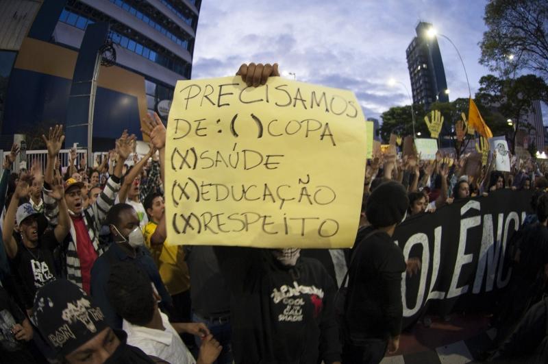 São Paulo, 17/06/2013 - Protesto contra aumento das passagens do transporte público, gastos na Copa do Mundo e a corrupção tomaram as ruas da capital paulista.