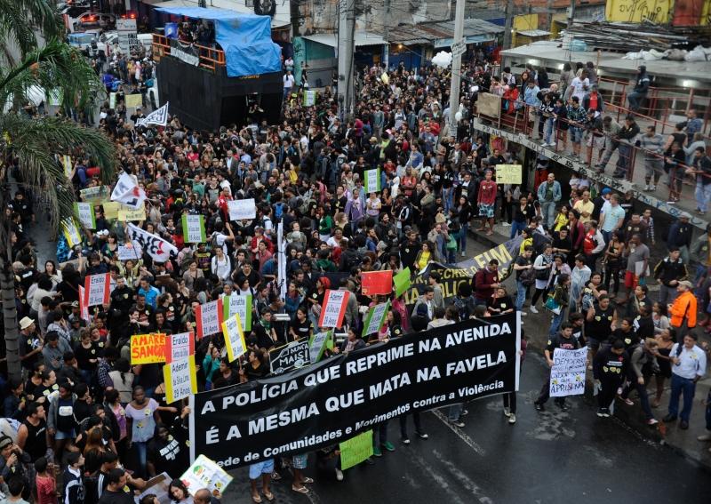 Rio de Janeiro, 02/07/2013 – Movimentos sociais protestam, em frente à favela Nova Holanda, no Complexo da Maré, e na Avenida Brasil, contra ação da tropa do Bope na comunidade em junho, que resultou na morte de 10 pessoas