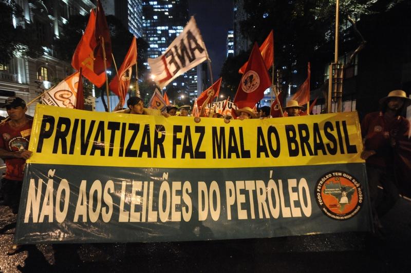Rio de Janeiro, 17/10/2013 – Manifestantes protestam em passeata no centro da cidade contra o leilão do Campo de Libra