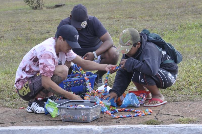 Menores vendem doces próximo à Estação Rodoviária de Brasília para ajudar nas despesas de casa. Foto de Renato Araújo/ABr