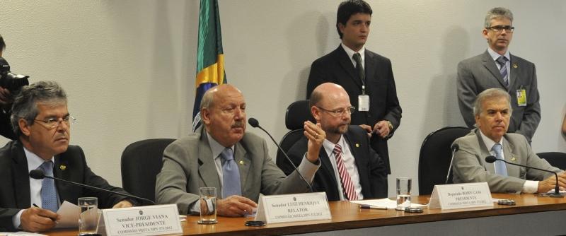Brasília – O senador Luiz Henrique (PMDB-SC), que é relator da medida provisória (MP) do Código Florestal, e o vice-presidente da comissão mista que debateu o texto, senador Jorge Viana (PT-AC). Foto de Antonio Cruz/ABr