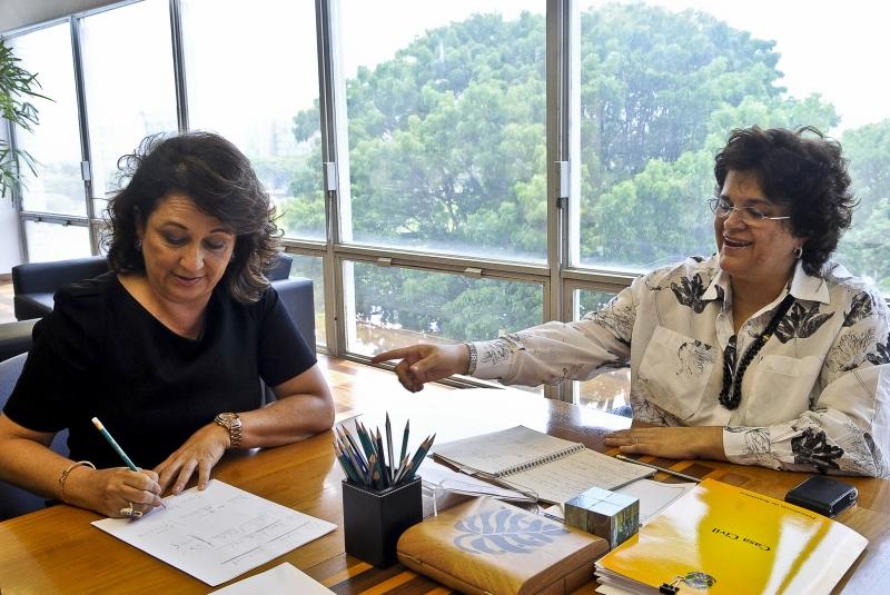 Brasília - A ministra do Meio Ambiente, Izabella Teixeira, conversa com a senadora e presidenta da Confederação Nacional de Agricultura Kátia Abreu (PSD-TO) sobre o texto sancionado com veto pela presidenta Dilma Rousseff ao novo Código Florestal. Foto de Antonio Cruz/ABr