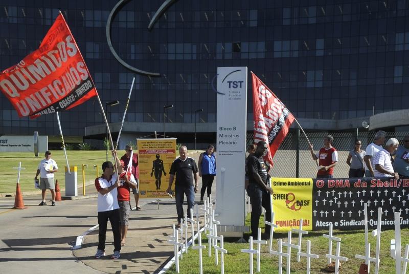 Ex-trabalhadores das multinacionais Shell do Brasil (atualmente Raízen) e Basf S/A aguardam em frente ao Tribunal Superior do Trabalho (TST) audiência de conciliação entre o Ministério Público do Trabalho e as empresas