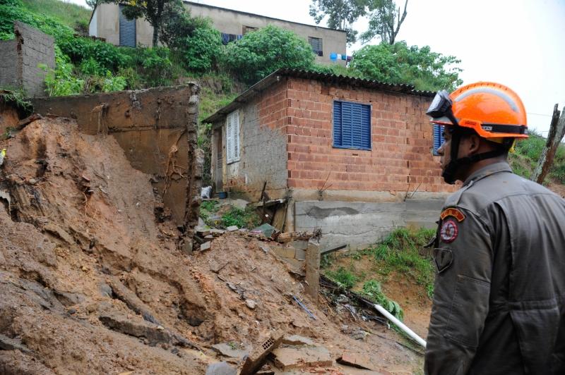 Bombeiros trabalham em áreas afetadas pelas fortes chuvas que atingiram a cidade, na região serrana