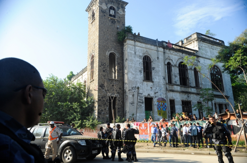 Rio de Janeiro, 22/03/2013 – Policiais do Batalhão de Choque cercam o prédio do antigo Museu do Índio, ao lado do Estádio Jornalista Mário Filho, o Maracanã