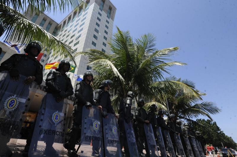 Rio de Janeiro, 21/10/2013 - As tropas do Exército posicionadas em frente ao Hotel Windsor Barra