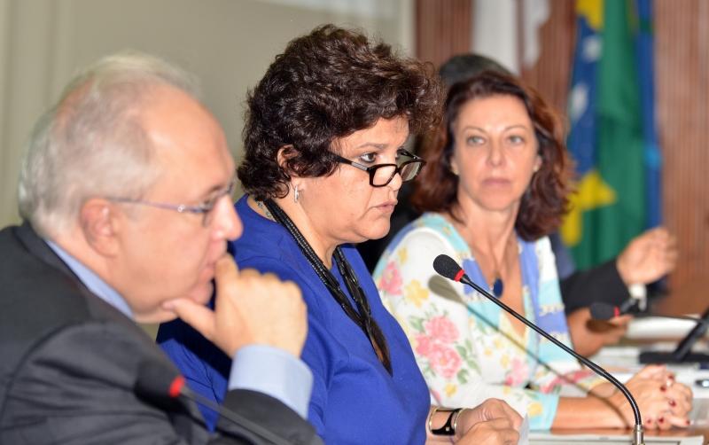 Brasília, 27/11/2013 - A ministra do Meio Ambiente (MMA), Izabella Teixeira, abre a 112ª Reunião Ordinária do Conselho Nacional do Meio Ambiente (Conama), na sede do Instituto Brasileiro do Meio Ambiente e dos Recursos Naturais Renováveis (Ibama). E/D: Secretário Executivo do MMA, Francisco Gaetani, Ministra do Meio Ambiente, Izabella Teixeira, diretora do DCONAMA, Adriana Mandarine, e o gerente de projetos / DCONAMA, Robson José Calixto