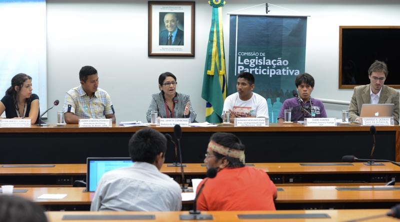 Brasília, 28/11/2013 - O leilão de blocos de petróleo e gás sobrepostos a terras indígenas e unidades de conservação foi tema de audiência pública na Comissão de Legislação Participativa da Câmara.