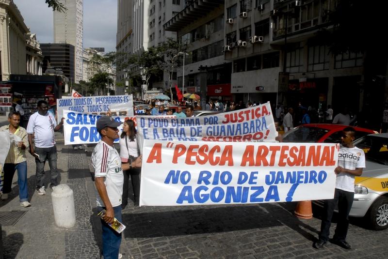 Rio de Janeiro, 01/08/2012 – Pescadores artesanais fazem protesto em frente a Petrobrás e ao BNDES no centro do Rio