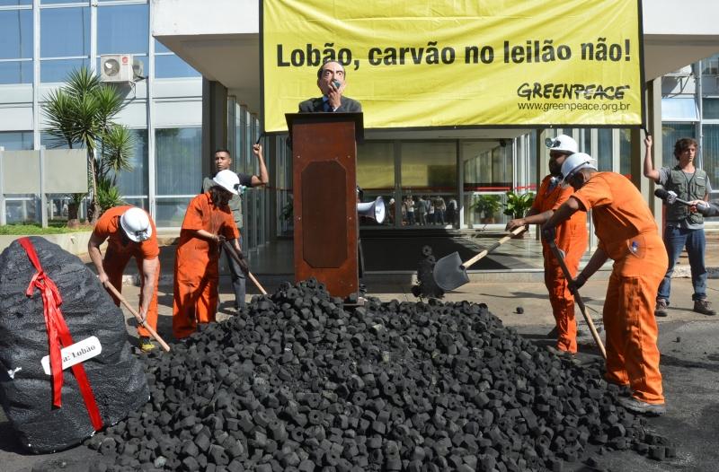Brasília, 28/08/2013 - Em protesto contra o retorno das térmicas a carvão, ativistas do Greenpeace despejaram carvão em frente ao Ministério de Minas e Energia