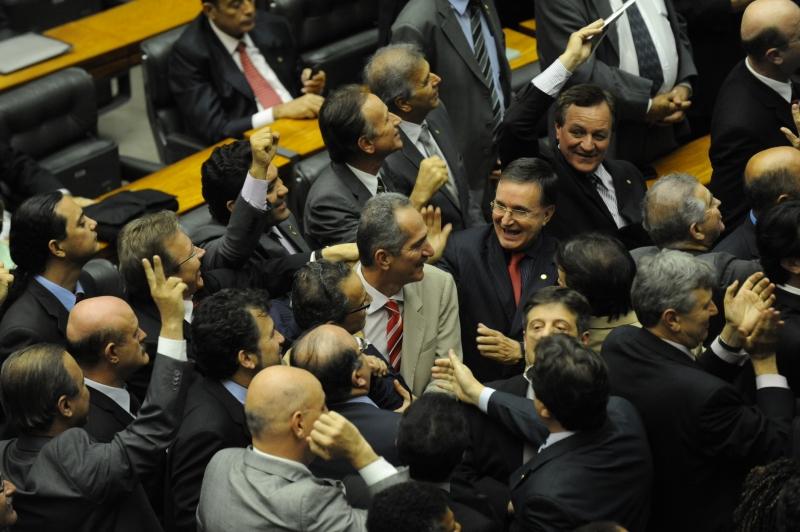 Brasília - O relator do novo Código Florestal, deputado Aldo Rebelo, é cumprimentado após aprovação do novo Código Florestal na Câmara dos Deputados. Foto de Fabio Rodrigues Pozzebom/ABr