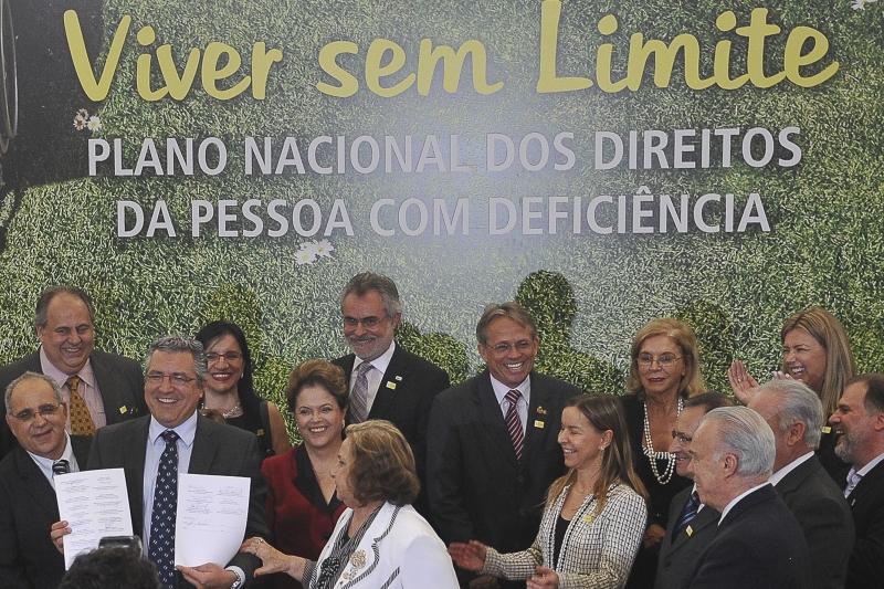 Ao lado da presidenta, ministro da Saúde, Alexandre Padilha, exibe termo assinado por parceiros. Foto: Antonio Cruz/ABr