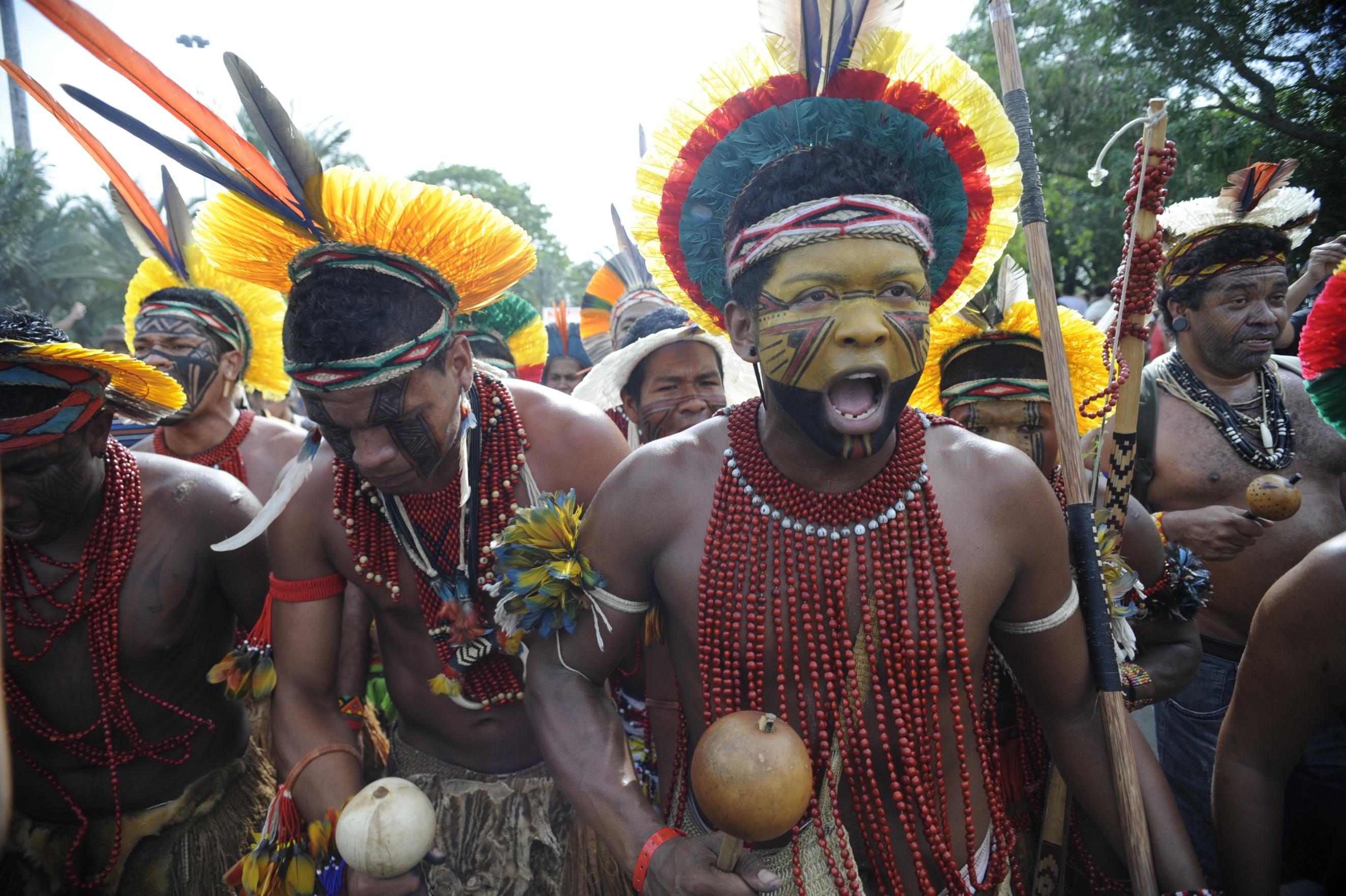 Índios Pataxós fazem uma passeata pela Cúpula dos Povos, evento paralelo à Rio+20. Foto de Fabio Rodrigues Pozzebom/ABr