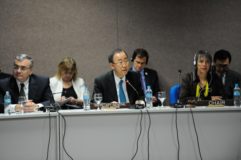 O secretário-geral das Nações Unidas, Ban Ki-moon, se reúne com representantes da Cúpula dos Povos, e recebe documento preliminar com demandas das organizações da sociedade civil no evento paralelo à Conferência das Nações Unidas, Rio+20. Foto de Fabio Rodrigues Pozzebom/ABr