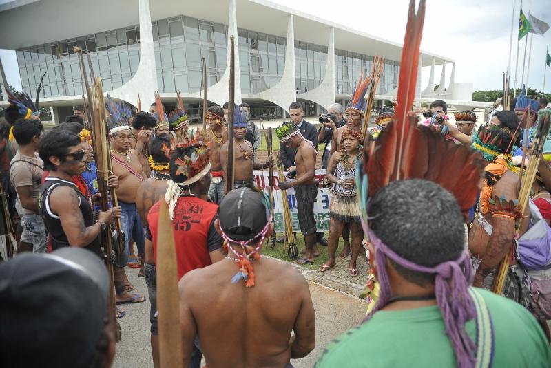 Índios de nove etnias fazem manifestação no Palácio do Planalto para pedir revogação da Portaria 303