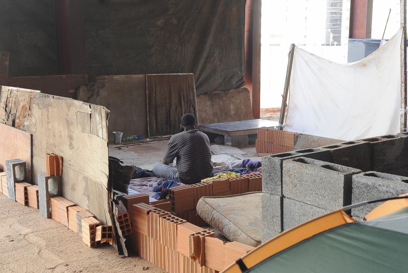 Brasília, 07/01/2013 - Integrantes do Movimento dos Trabalhadores Sem Teto (MTST) ocupam prédio abandonado em construção, na região de Taguatinga, no Distrito Federal. Foto de Wilson Dias/ABr