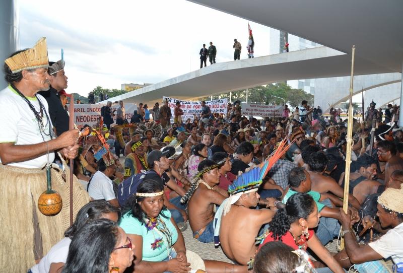Brasília, 18/04/2013 - Índios fazem manifestação em frente ao Palácio do Planalto. Eles protestavam contra a PEC 215