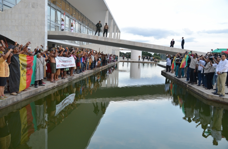 Brasília, 18/04/2013 - Índios fazem manifestação em frente ao Palácio do Planalto. Eles protestam contra a PEC 215, que transfere para o Congresso poder de demarcar terras indígenas. Foto de Valter Campanato/ABr