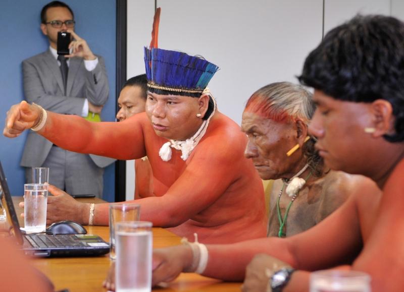 Brasília, 23/04/2013 – Um grupo de índios xavantes, que vivem na Terra Indígena Marãiwatsédé, no norte de Mato Grosso, entregou a representantes da Comissão Nacional da Verdade um documento em que relatam episódios de violações aos seus direitos ao longo de décadas
