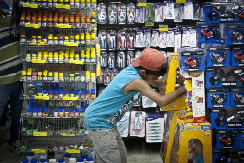 Crianças escolhem; brinquedos em loja na rua 25 de março; Aumenta a preocupação de educadores com o consumismo infantil que; em alguns casos; pode desencadear até mesmo doenças; como alergias; depressão; agressividade; hiperatividade; ansiedade; além de febre e irregularidades no sono. Foto de Marcelo Camargo/ABr