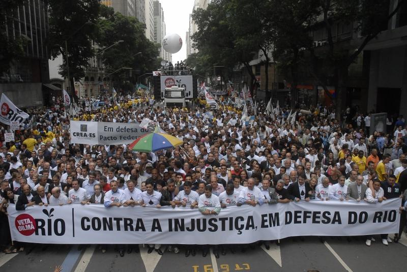 Rio de Janeiro, 26/11/2012 - Políticos, artistas e milhares de pessoas participam da manifestação
