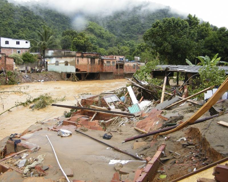 A forte chuva que atingiu Xerém, distrito de Duque de Caxias (RJ), causou destruição e deixou centenas de pessoas desabrigadas. Fotorepórter Vladimir Platonov/ABr