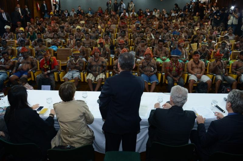 Brasília, 04/06/2013 – Cerca de 140 indígenas mundurukus se reúnem com o ministro da Secretaria-Geral da Presidência, Gilberto Carvalho