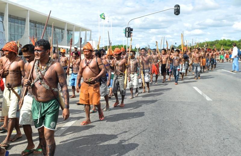 Brasília, 06/06/2013 - Cerca de 150 índios mundurukus, vindos do Pará, se reuniram na Praça dos Três Poderes, em frente ao Palácio do Planalto