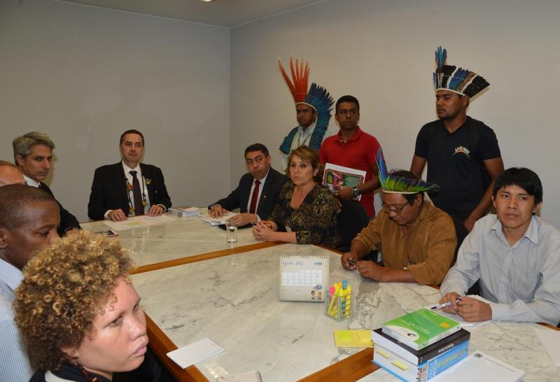 Brasília, 19/08/2013 - O ministro do Supremo Tribunal Federal (STF), Luís Roberto Barroso, recebe em audiência, a Frente Parlamentar em Defesa dos Direitos Humanos. Foto de Valter Campanato/ABr.