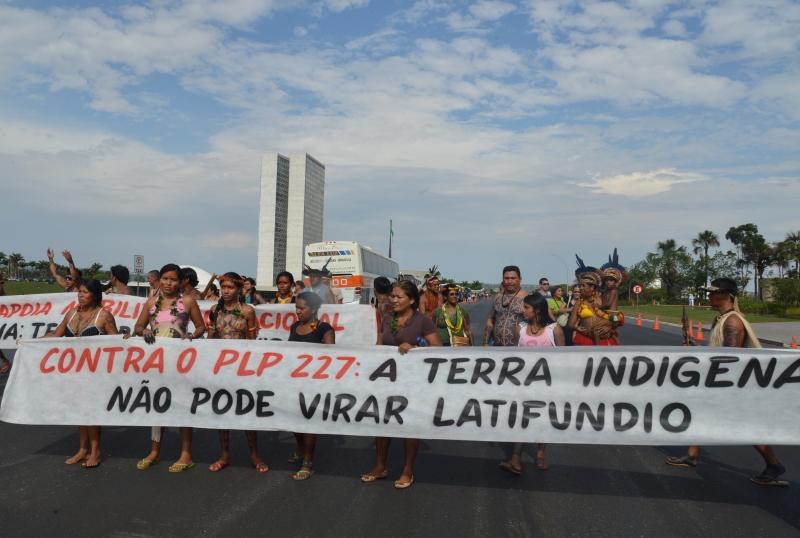 Brasília, 02/10/2013 – Índios fazem protestos na Esplanada dos Ministérios
