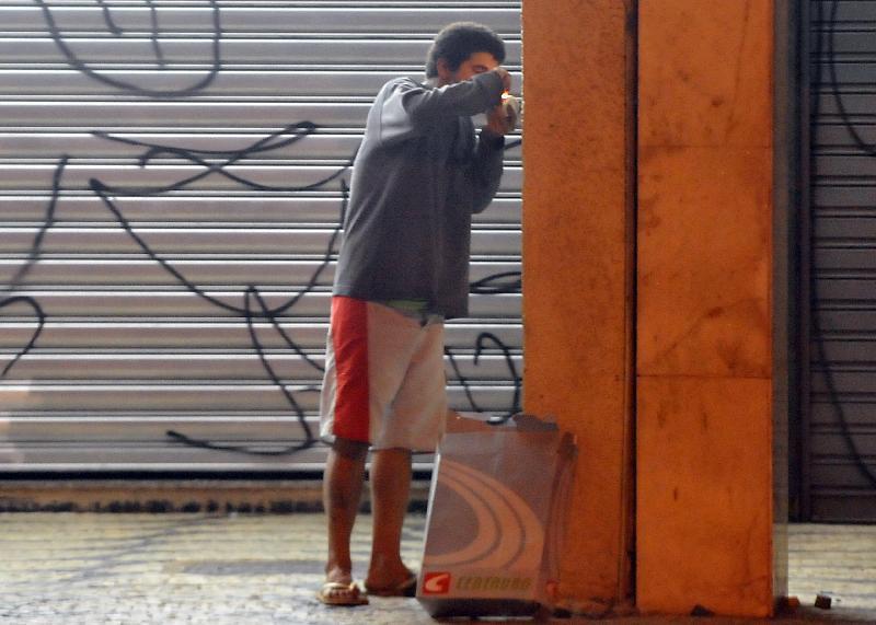 Brasília: Adolescentes usam pilastras como abrigo para fumar crack. Foto: Marcello Casal Jr./ABr