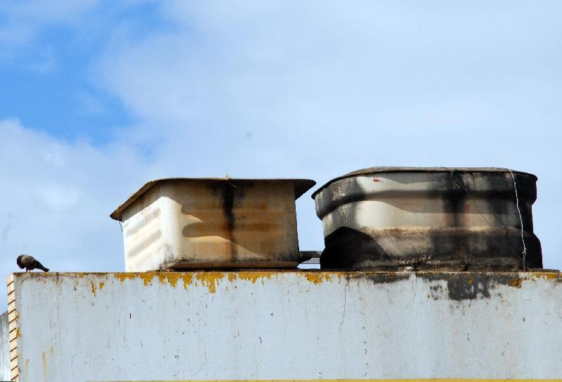 Caixa d'água fabricada com amianto, material condenado por estudos científicos e defendido em outros. Efeitos sobre os trabalhadores são tema de portaria do Ministério da Saúde, questionada na Justiça por grupo de fabricantes. Foto: Wilson Dias/ABr