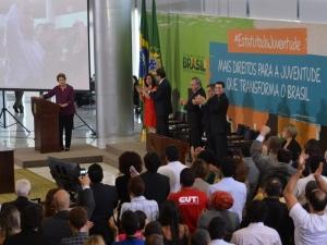 Dilma sanciona Estatuto da Juventude com dois vetos