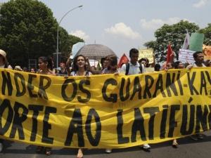 Brasília, 31/10/2012 – Alunos de escolas públicas, privadas e universidades fazem manifestação, na Esplanada dos Ministérios, em apoio aos índios guarani-kaiowá. Foto de Elza Fiúza/ABr