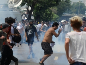 Após saída de índios de antigo museu, manifestantes e policiais entram em confronto no Rio