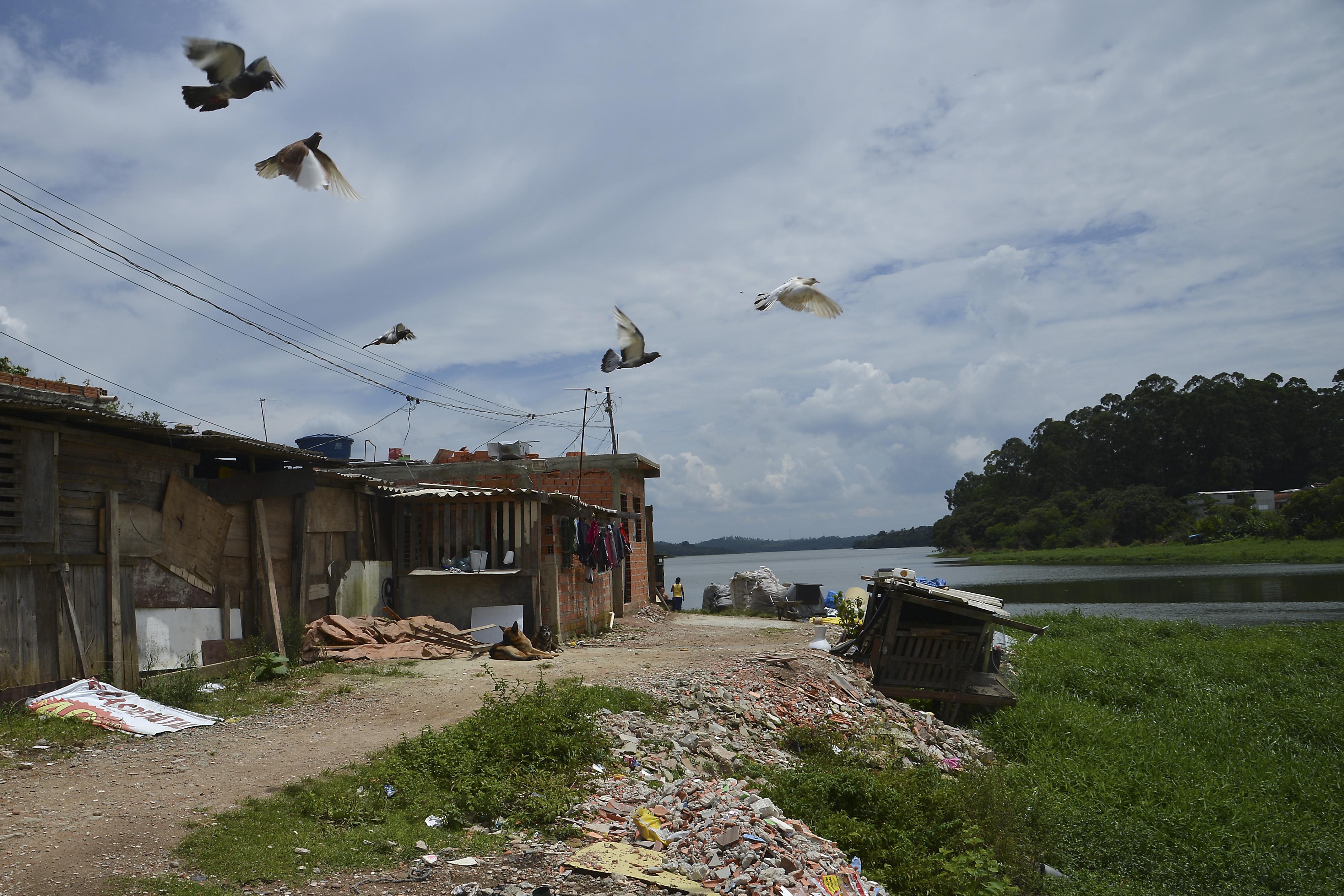 Moradias construídas às margens da Represa Billings
