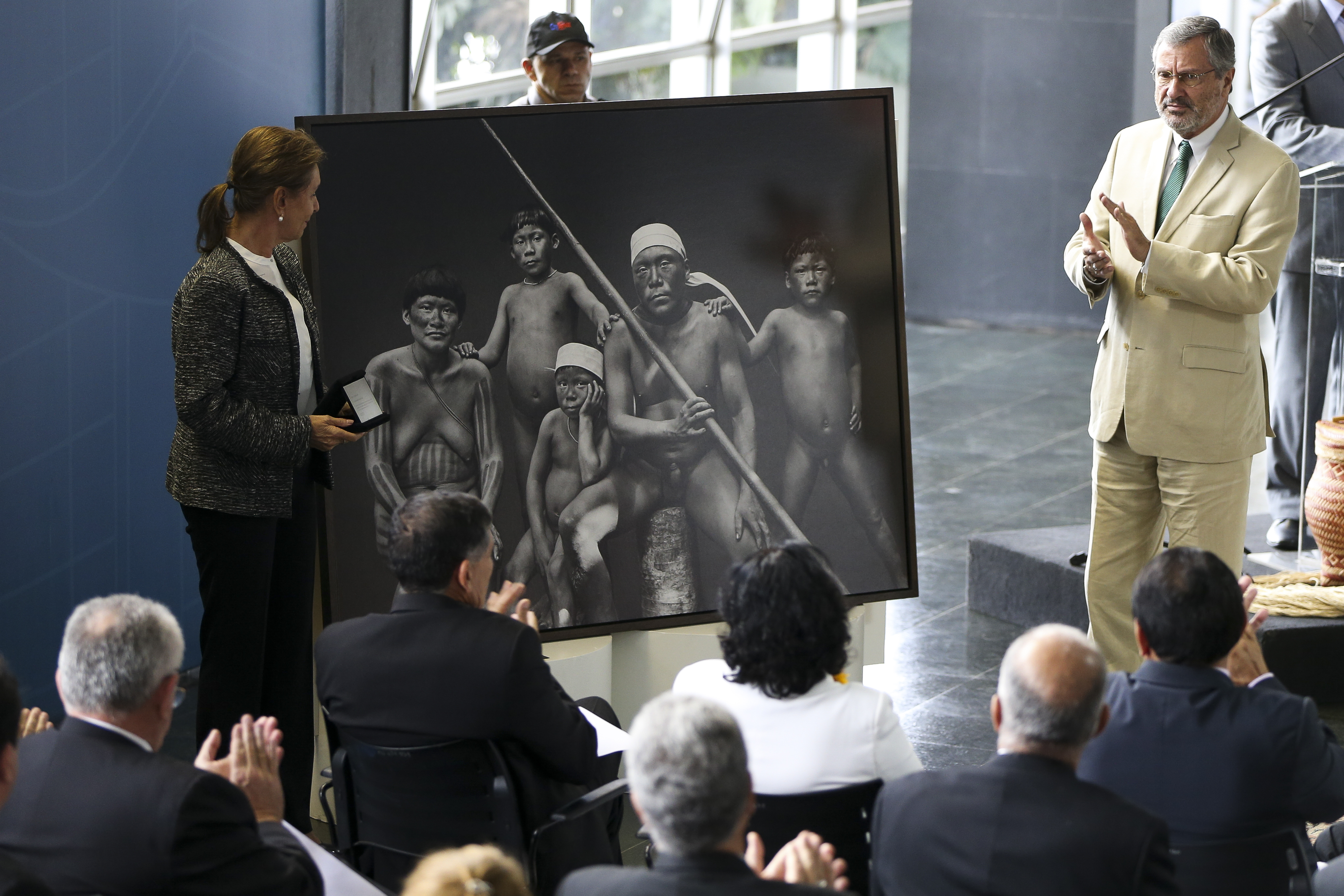 Brasília - O ministro da Justiça, Torquato Jardim recebe fotografia feita por Sebastião Salgado durante a abertura da Semana do Índio (Marcelo Camargo/Agência Brasil)