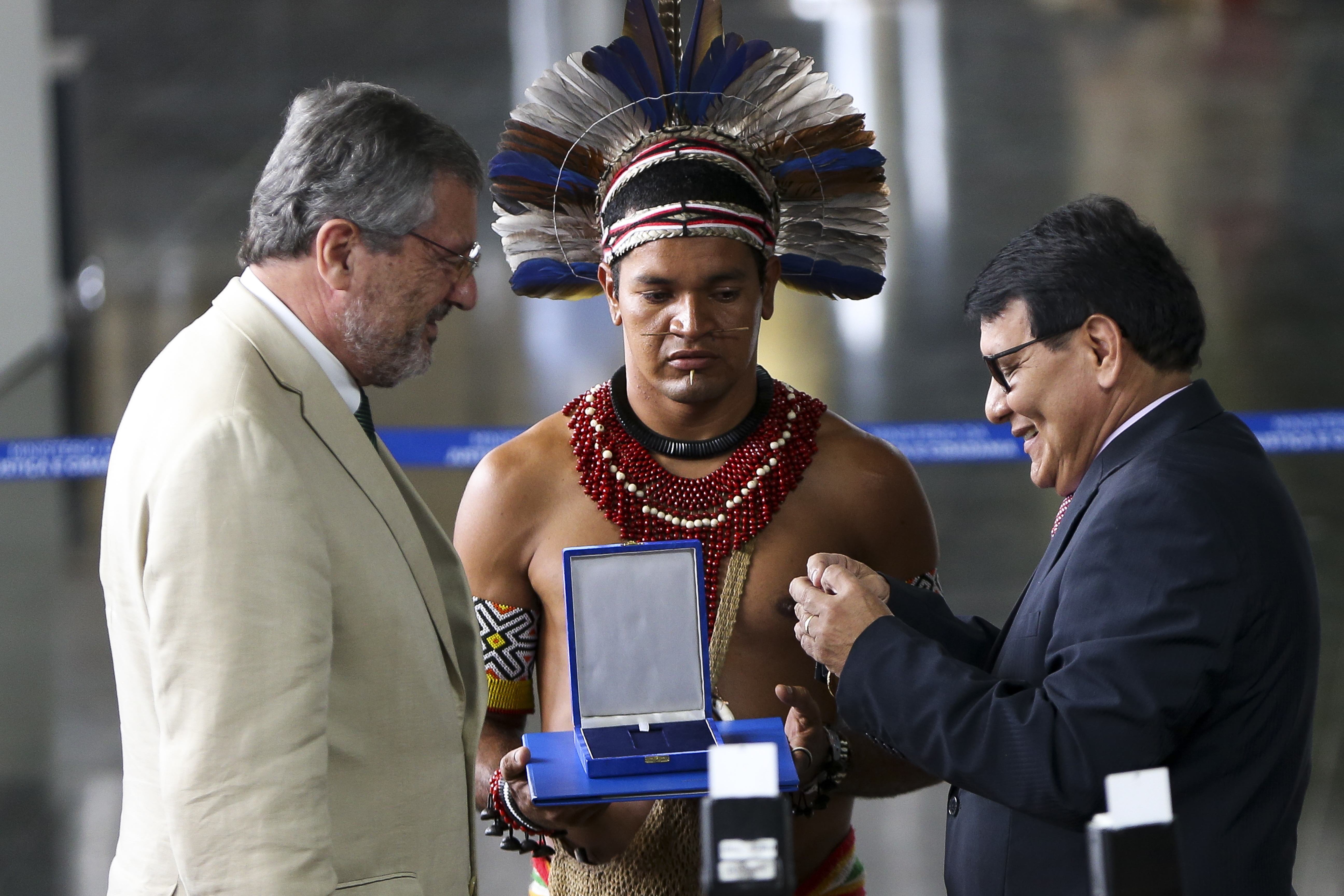 Brasília - O presidente da FUNAI, Franklimberg Ribeiro de Freitas, entrega medalha ao ministro da Justiça, Torquato Jardim, durante a abertura da Semana do Índio (Marcelo Camargo/Agência Brasil)