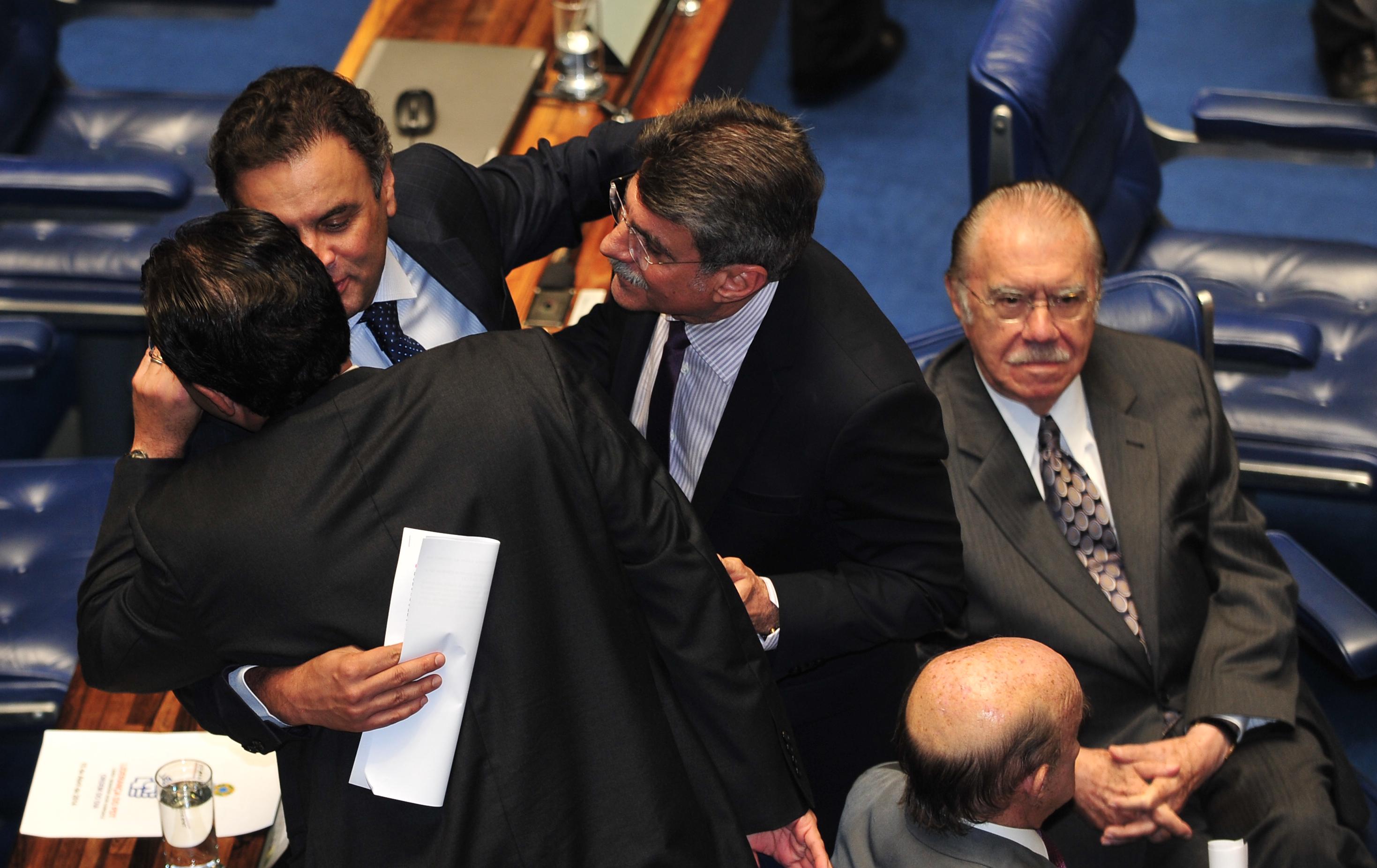 Aécio Neves com Romero Jucá e José Sarney conversando com Eduardo Braga, no Senado
