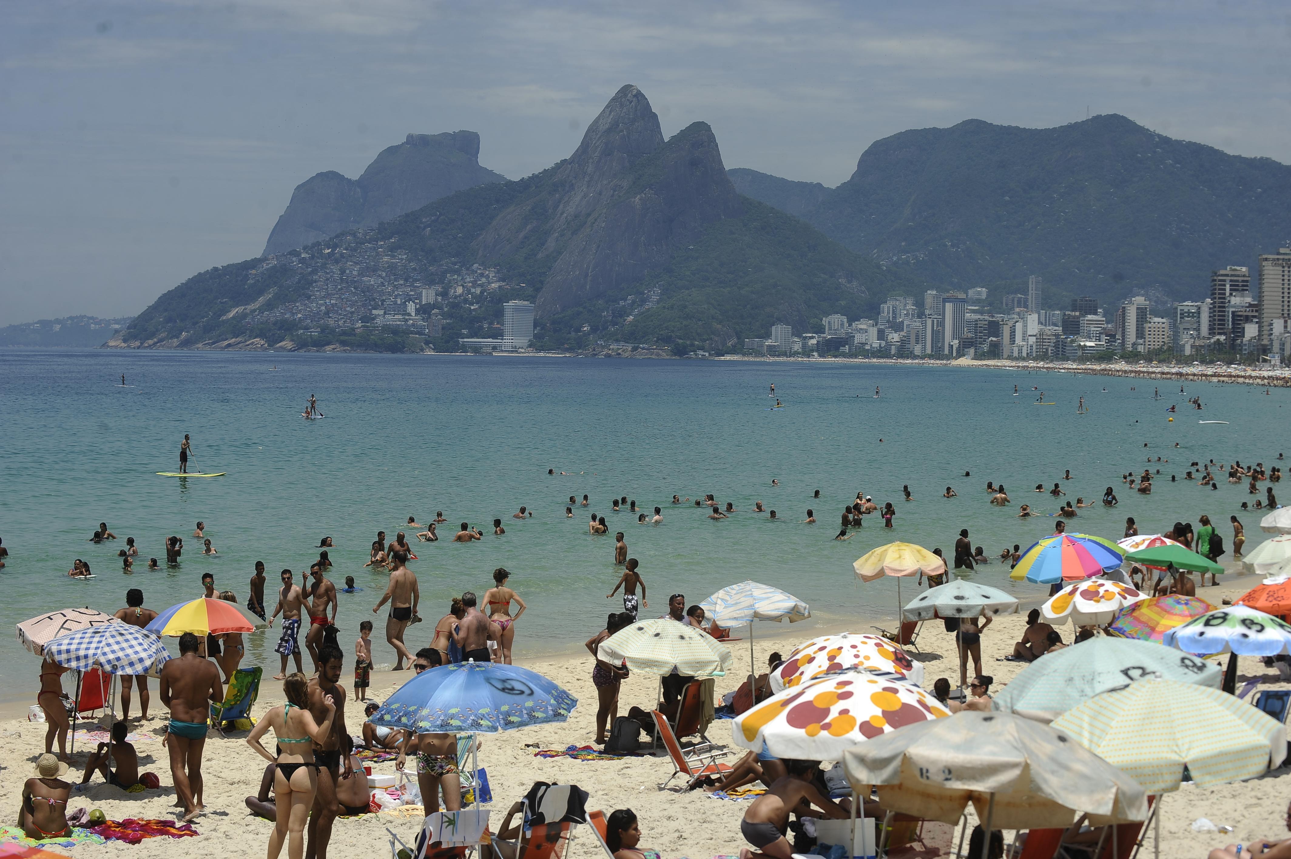 Banhistas combatem calor intenso com banho de mar na praia de Ipanema no  último dia de 97a9557c54531