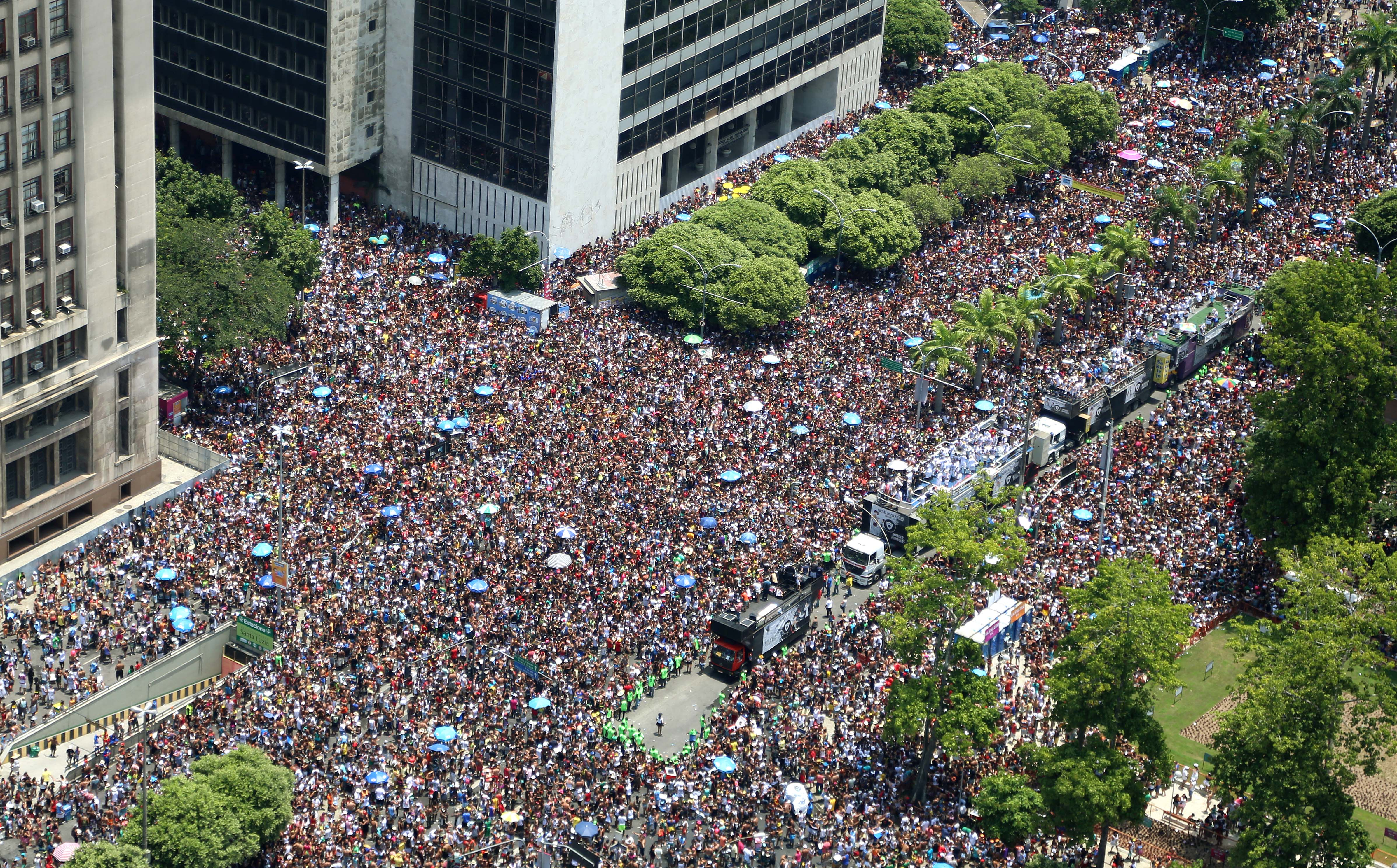 Resultado de imagem para multidão no carnaval
