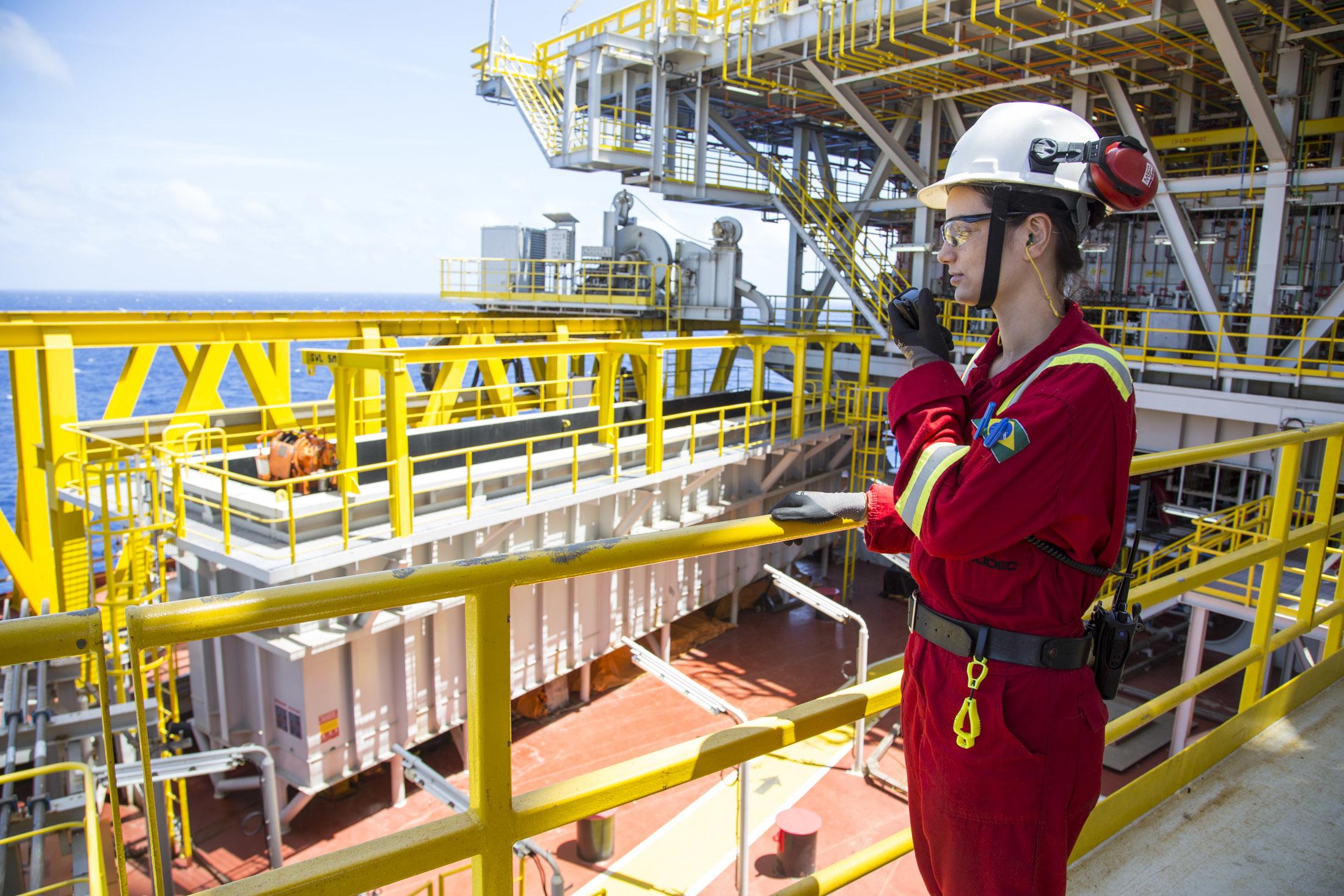 Resultado de imagem para Como é a vida em uma plataforma de petróleo