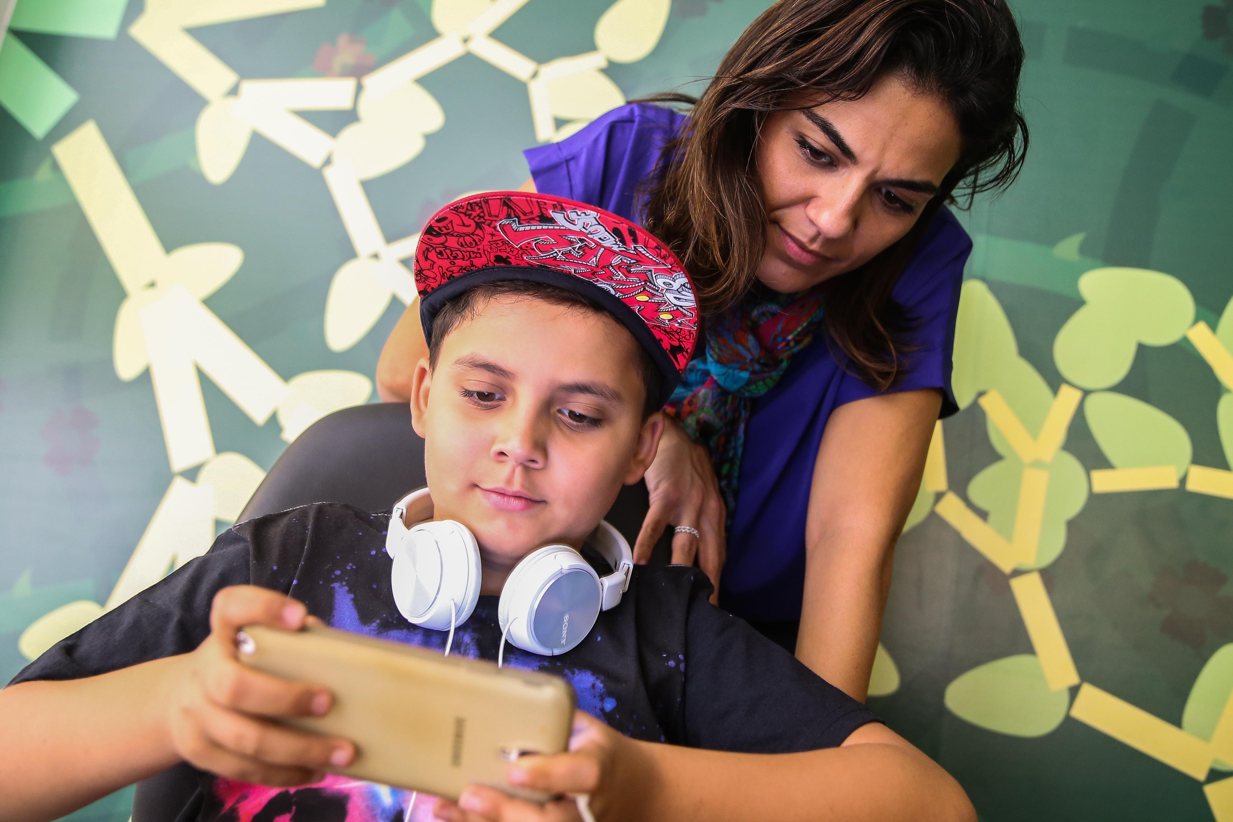 Bernardo Dicazuza Valocci,de 10 anos, usa diariamente suas redes sociais para se comunicar com amigos sobre jogos online. A bancária Camilla Dicazuza, mãe do menino, diz que monitora os diversos grupos de Whatsaap