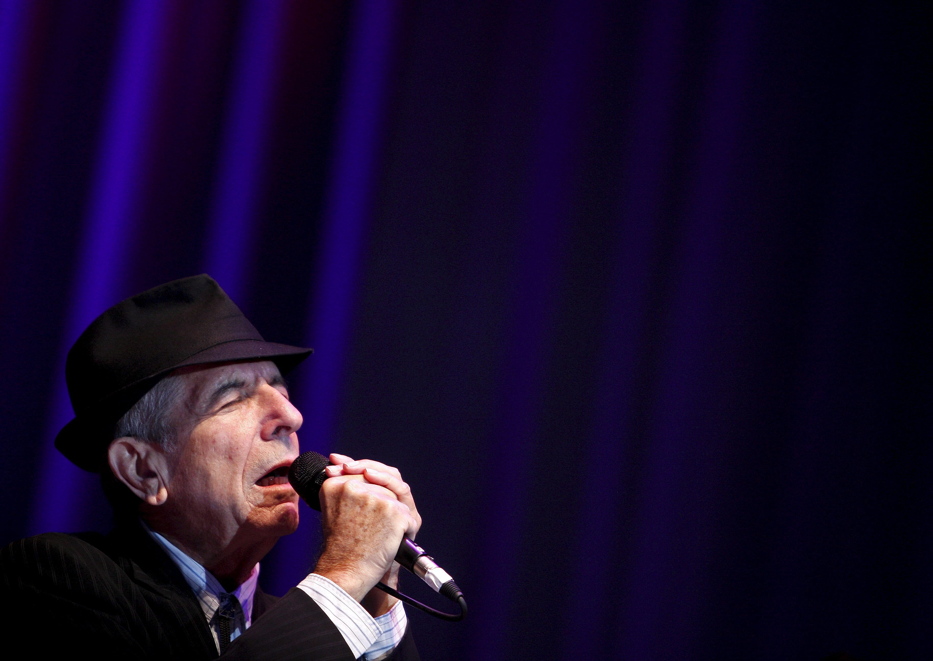 epa05626119 (FILE) A file picture dated 19 July 2008. shows Canadian singer Leonard Cohen performing during a concert in Lisbon, Portugal. Leonard Cohen has died aged 82 on 10 November 2016. EPA/TIAGO PETINGA *** Local